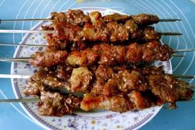 新疆烤牛肉串的做法【食之秀烧烤技术】