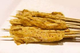 如何制作烤豆腐皮_烤豆腐皮的做法【食之秀烧烤技术】