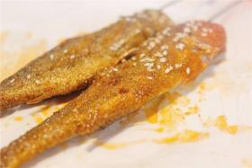 如何用食之秀无烟烧烤机烤制美味的烤小黄鱼_烤小黄鱼的做法