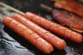 如何用食之秀无烟烧烤机烤制美味的烤火腿肠_烤火腿肠的做法