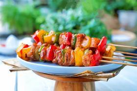 如何使用食之秀旋转电烤炉烤制彩椒鸡肉串