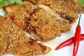 很久以前木炭自动烧烤炉做美味可口的碳烤鸡块