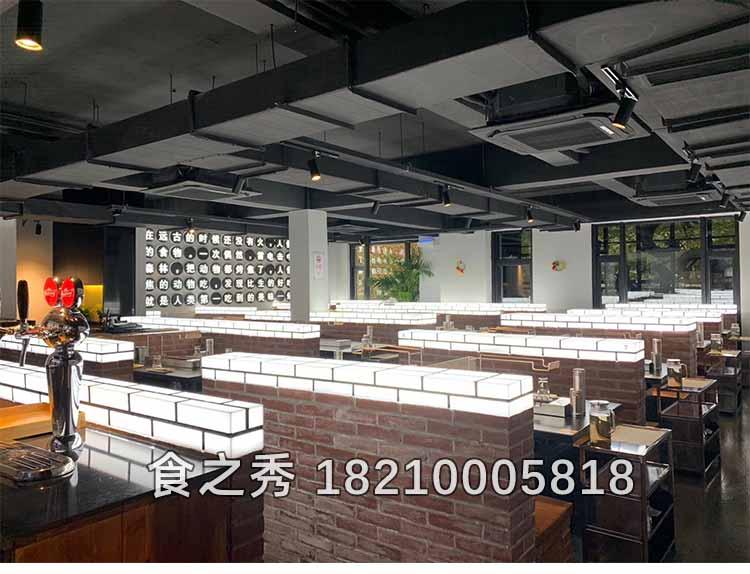 上海浦东新区三翻吾吃羊肉串,使用黑金烤漆烧烤桌配食之秀2020最新款木炭自动烧烤炉