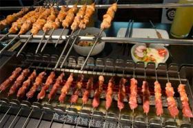 自动烧烤炉制作黑胡椒烤羊肉串,柠檬香扑鼻,酥脆可口